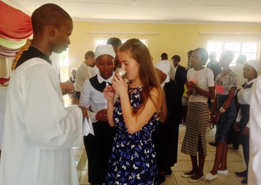 Der Theologiestudent Musi gibt Anna den Kelch