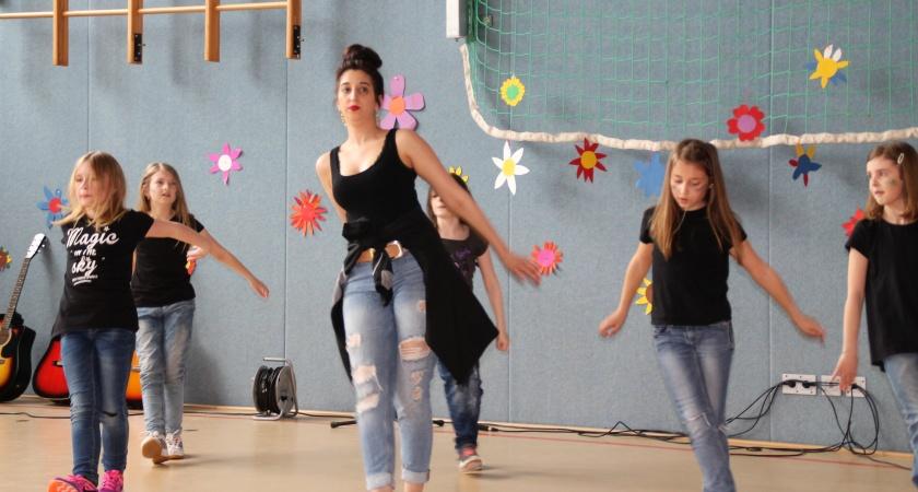 Tanzschulgruppe beim Benefizkonzert