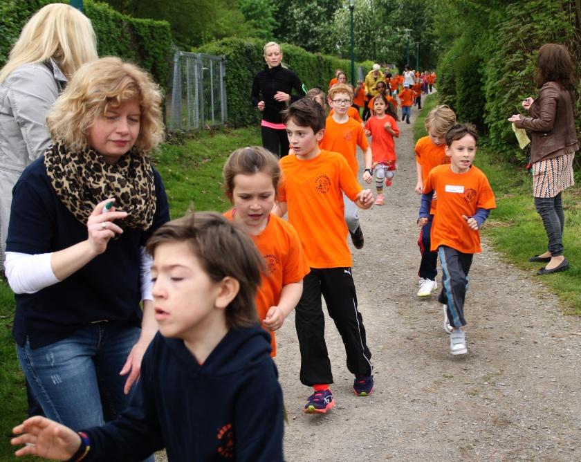 Kinder und Lehrer beim Sponsorenlauf in Hameln