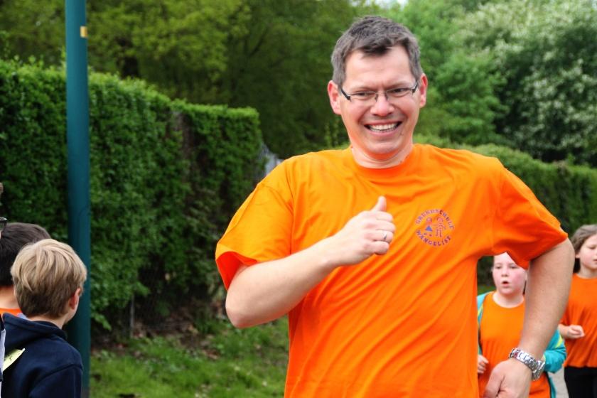 Schulleiter Thomas Lange läuft beim Sponsorenlauf in Hameln mit den Kindern