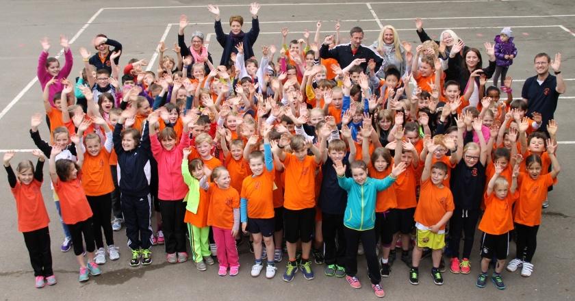 Kinder und Lehrer vom Sponsorenlauf in Hameln
