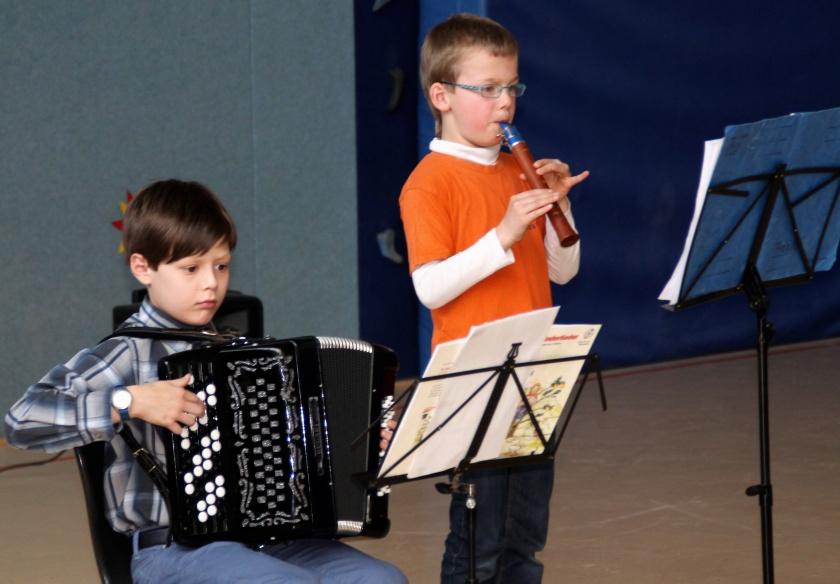 Kinder machen Musik beim Benefizkonzert
