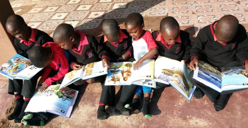 neue Bilderbibeln für die Waisenkinder in Mahlabaneni, Swasiland