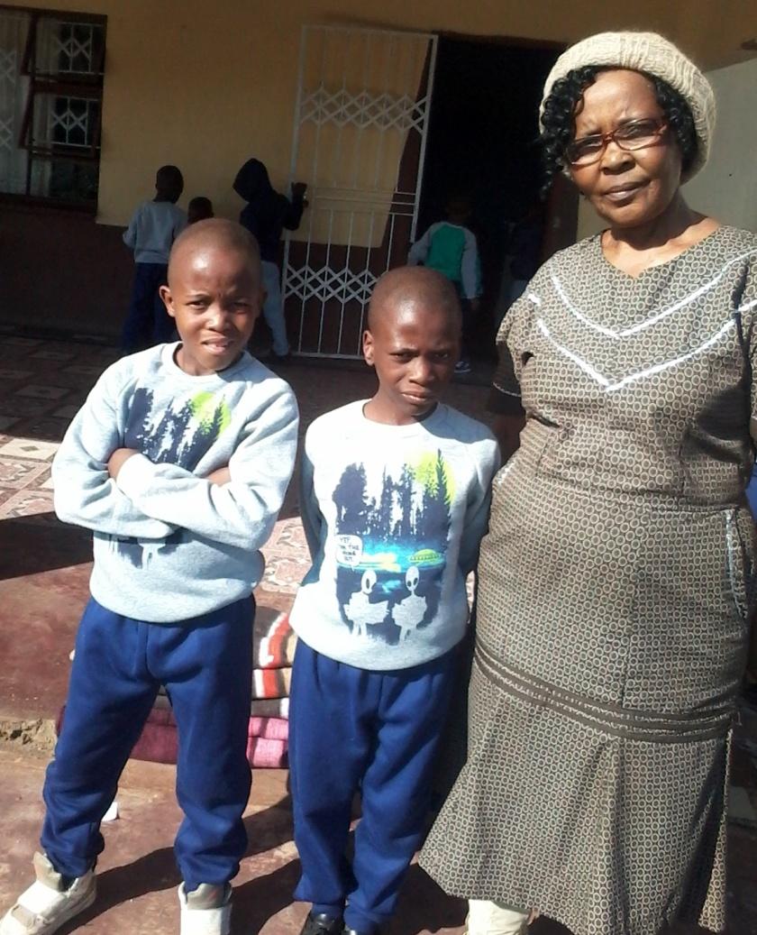 warme Winterkleidung für die Waisenkinder in Mahlabaneni, Swasiland