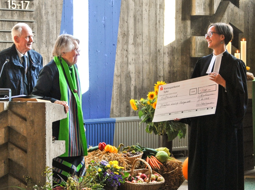Hanna und Wilhelm Steffens freuen sich über die Spende der Kirchengemeinde Seckenhausen